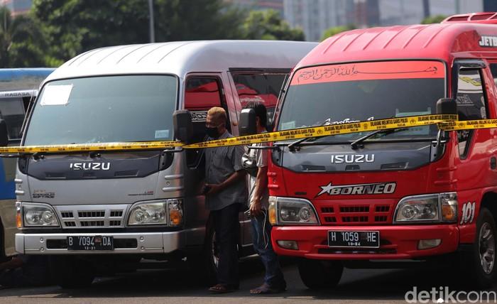 Polisi mengamankan 115 kendaraan yang digunakan untuk travel gelap. Kendaraan ini nekat membawa pemudik meski ada larangan mudik.