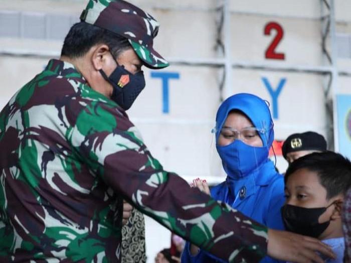 Panglima TNI Marsekal Hadi Tjahjanto temui keluarga kru KRI Nanggala-402 di Surabaya, Jatim