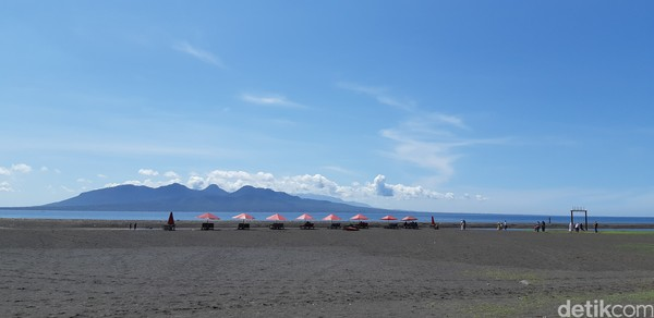 Pantai ini memiliki pasir hitam yang eksotis.