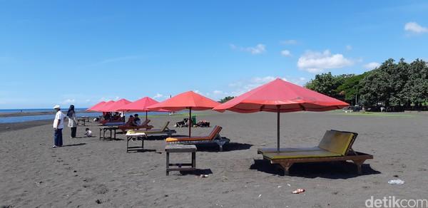 Di pinggir pantai sudah disediakan tenda payung yang berjajar rapih.