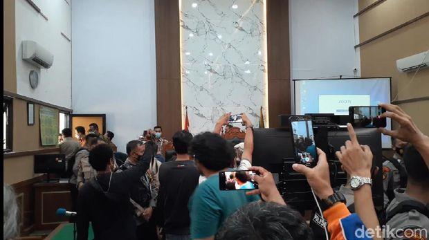 Pendukung Syahganda terlibat keributan usai pembacaan vonis (Yulida/detikcom)