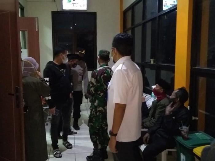 Puluhan warga Desa Plumpung, Kecamatan Plaosan, Magetan, keracunan massal. Mereka diduga keracunan usai menyantap nasi bungkus untuk hidangan buka bersama di Masjid An-Annur, desa setempat
