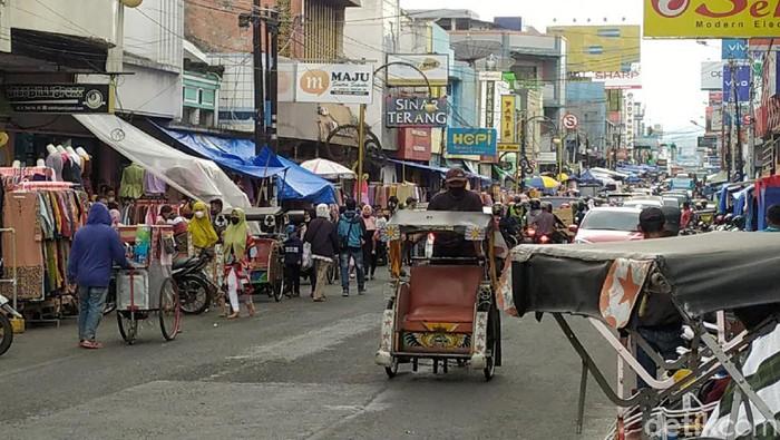 Kawasan pusat perkotaan Garut atau kerap disapa Pengkolan ramai pedagang musiman. Para pedagang musiman ini kerap gelar lapak jualan mereka di bulan Ramadhan.