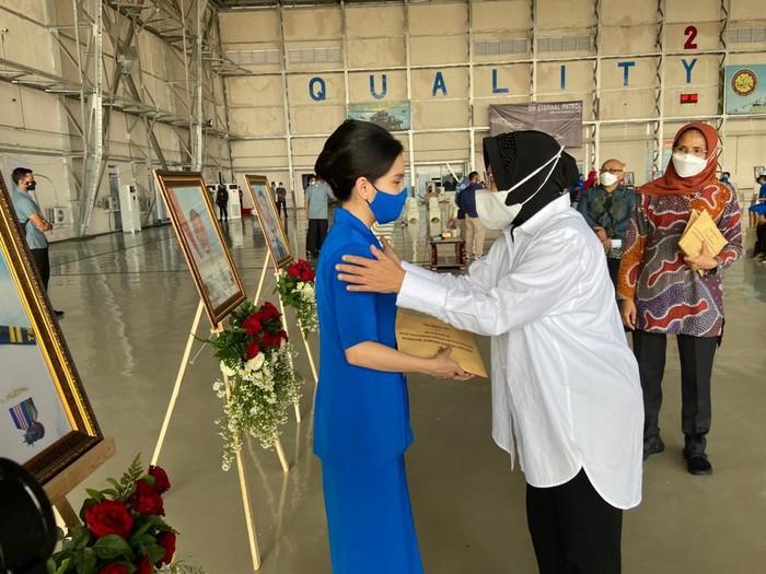 Risma memberikan santunan kepada keluarga kru KRI Nanggala-402