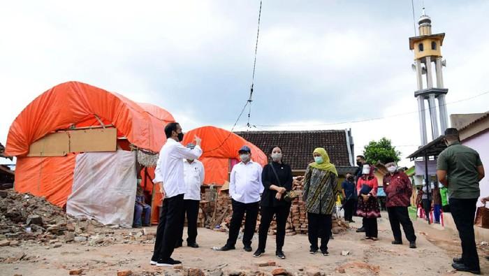 Presiden Joko Widodo datangi lokasi terdampak gempa Malang. Jokowi mengatakan pemerintah akan bantu perbaikan bangunan warga yang rusak terdampak gempa.