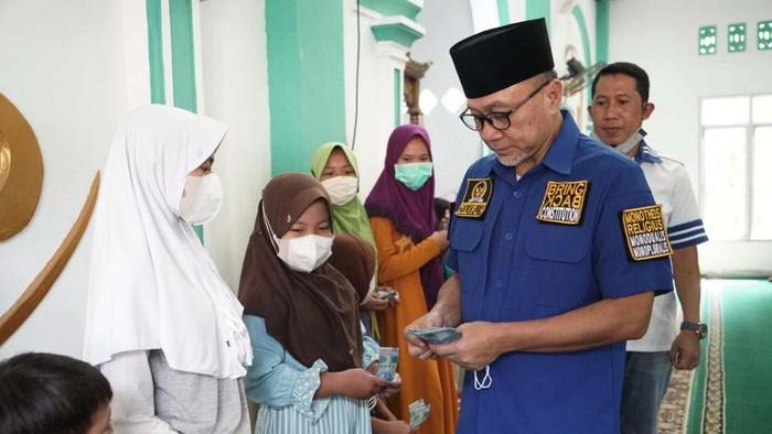 Wakil Ketua MPR yang juga Ketum PAN, Zulkifli Hasan, melakukan safari Ramadhan di Lampung Selatan. Zulhas memberikan beasiswa pada menghafal Al-Quran.