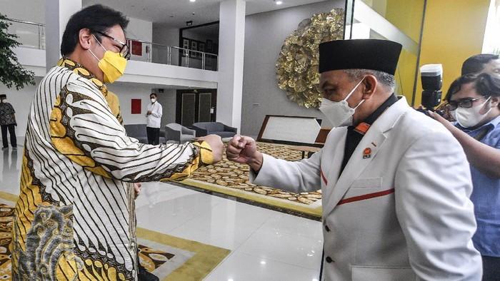 Ketum Golkar Airlangga Hartarto menyambut kedatangan Presiden PKS Ahmad Syaikhu di kantor DPP Partai Golkar. Apa saja yang dibahas dalam pertemuan tersebut?