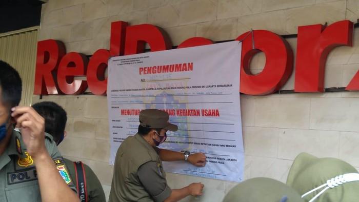 Satpol PP DKI Jakarta segel permanen RedDoorz Tebet terkait prostitusi anak. Penyegelan dilakukan pada Kamis (29/4/2021).