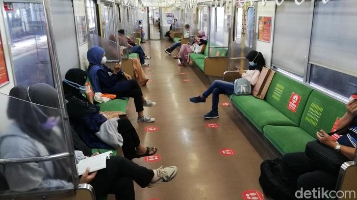 Sejumlah penumpang kereta api di Stasiun Balapan, Solo, Kamis (29/4/2021)
