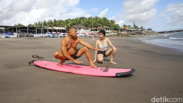 Dilatih langsung oleh sang pemilik warung, Ajik, kursus surfing untuk wisatawan domestik hanya Rp 350 ribu.