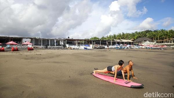 Sebelum mulai, Ajik mengajak untuk pemanasan terlebih dahulu. Sehingga meminimalisir kram saat bermain surfing.