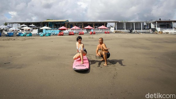 Dengan biaya Rp 350 ribu, Anda akan dilatih surfing selama 2 jam.