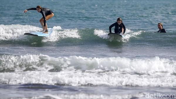 Para wisata asing juga terlihat berlatih surfing.
