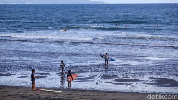 Dengan ombak yang cukup menantang, membuat banyak wisatawan tertantang untuk belajar dan menaklukan ombak di pantai ini.