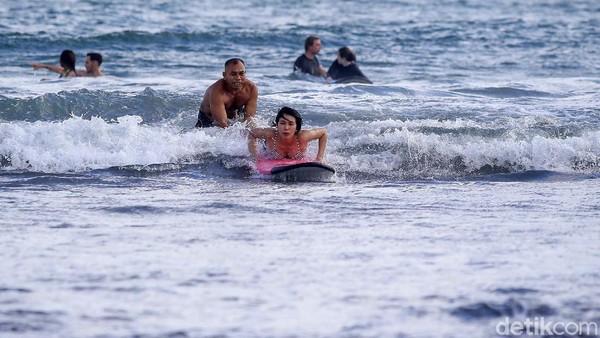 Setelah belajar surfing selama 2 jam, setelahnya anda bisa menyewa papan surfing tersebut dan berlatih kembali.
