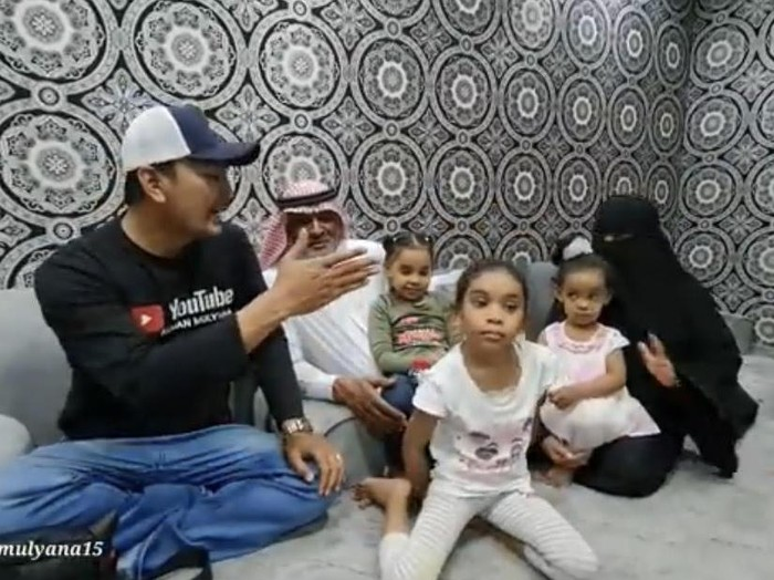 Foto Alman, bersama dengan keluarga Umi Hanan. Foto: Dok. Tangkap layar Youtube Alman Mulyana.