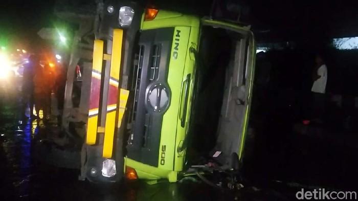 Sebuah truk tangki minyak sayur terguling di Jalan Pantura Sipait, Siwalan, Pekalongan, Kamis (29/4/2021). Enam 6 ribu liter minyak tumpah ke jalanan dan jadi rebutan warga.