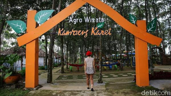 Pengunjung menikmati suasana di Agro Wisata Kampung Karet yang terletak di Desa Puntukrejo, Ngargoyoso, Kabupaten Karanganyar, Jawa Tengah.