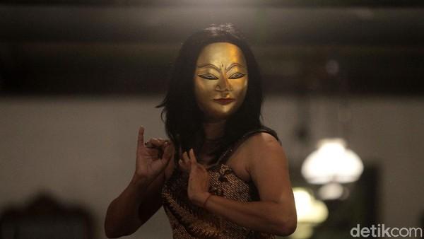 Para penari dari segala kelompok umur menari bersama dalam rangka memperingati Hari Tari Sedunia.