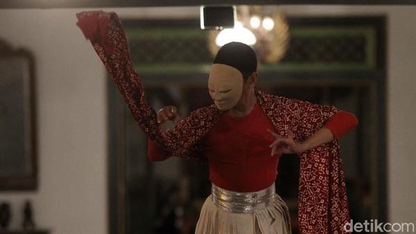 Seorang penari tampil dalam rangka memeriahkan Hari Tari Sedunia di Ndalem Kaneman, Yogyakarta, Kamis (29/4/2021).