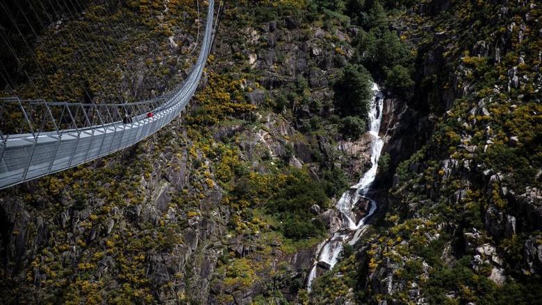 Penampakan dari udara Arouca 516, jembatan terpanjang di dunia di Arouca, Portugal. Panjangnya 516 meter dan tingginya 175 meter.   (Photo by CARLOS COSTA / AFP)