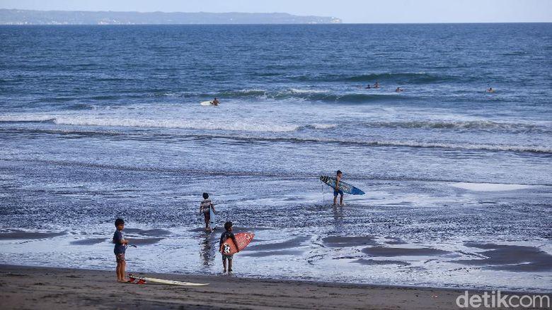 Wisatawan berlatih olahraga surfing di pantai Canggu, Bali. Pantai Canggu merupakan tempat yang sering digunakan oleh wisatawan untuk belajar maupun bermain surfing.