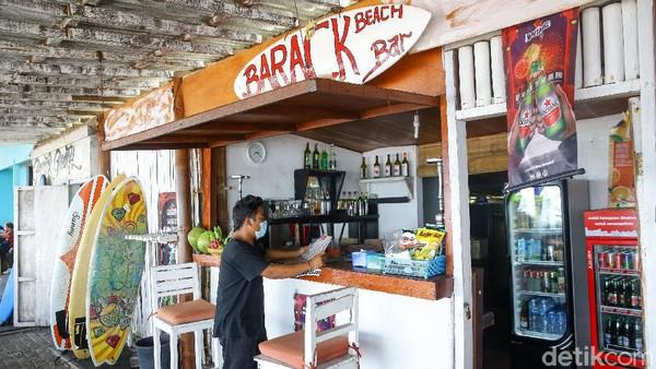 Jika wisatawan ingin belajar olahraga surfing, bisa langsung datang ke Barack Beach Bar untuk mendapatkan pelatihan singkat dari instruktur surfing.