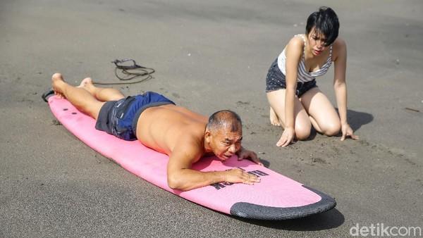Biaya tersebut sudah termasuk dengan penyewaan papan surfing.