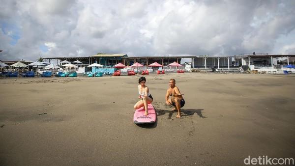 Dengan biaya tersebut, pengunjung mendapatkan durasi 2 jam untuk belajar surfing.