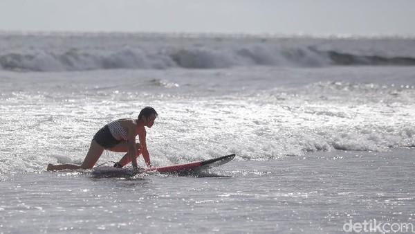 Setelah belajar surfing selama 2 jam, pengunjung bisa menyewa papan surfing tersebut dan berlatih Kembali.