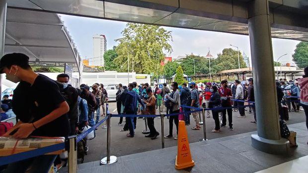Calon penumpang memadati Stasiun Pasar Senen (Foto: Karin/detikcom)