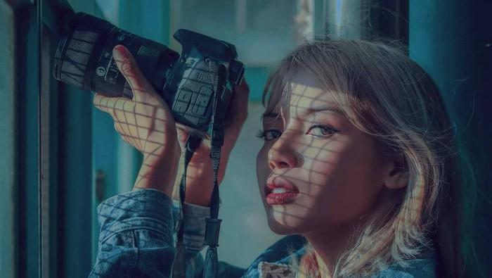 Mega Gumelar Fotografer Profesional sekaligus Top TikTok Content Creator. Ia adalah fotografer yang berbasis di Bali dan memiliki 101,2 ribu pengikut di TikTok. Jika awalnya ia hanya terkenal di Bali dengan klien bule, kini kliennya tersebar luas di seluruh Indonesia.