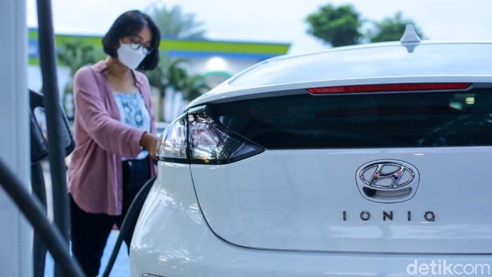 Tim detikcom membuktikan seberapa tangguh mobil listrik bisa dikendarai untuk perjalanan jarak jauh. Hyundai Ioniq langsung gas Jakarta-Bali.