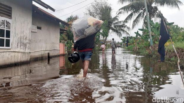 Hujan deras dan luapan Sungai Siak membuat sejumlah ruas jalan dan permukiman di Pekanbaru kebanjiran (Raja Adil/detikcom)