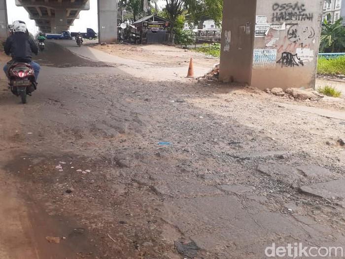 Jl Inspeksi Kalimalang dekat Kompleks Depkes I, Bekasi, telah lama rusak. Warga berharap perbaikan. 30 April 2021. (Afzal Nur Iman/detikcom)