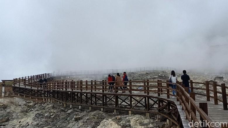 Pasca erupsi Kawah Sileri pada Kamis (29/4/2021) petang, obyek wisata di dataran tinggi Dieng tetap buka untuk umum seperti biasa. Hanya untuk Kawah Sileri masih tidak diperbolehkan mendekat dengan jarak aman 500 meter dari bibir kawah.