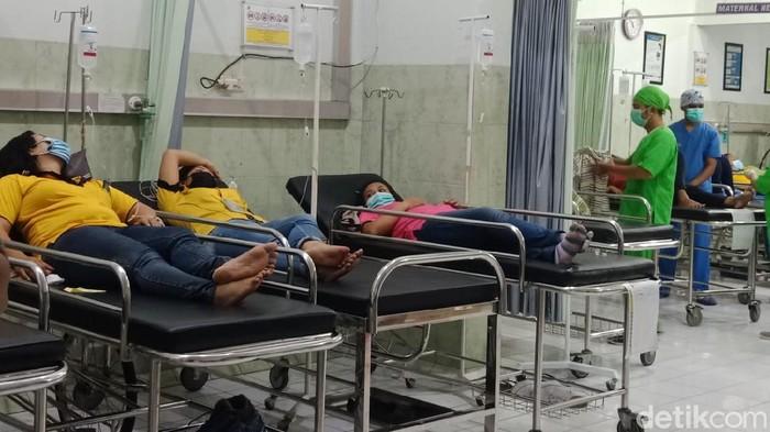 Keracunan massal terjadi di PT Venezia Footwear, Desa Banjaragung, Bareng, Jombang. Sedikitnya 110 karyawati pabrik sepatu tersebut mengalami mual, muntah, diare dan demam.