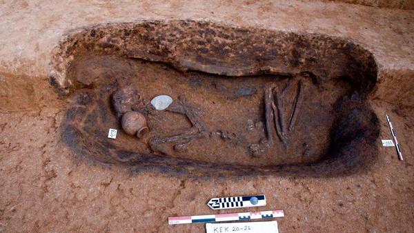 Di dalam makam itu masih tersimpan sisa-sisa tubuh manusia. Makam-makam itu termasuk 68 makam berbentuk oval yang berasal dari Periode Predinastik dari 6000-3150 SM. (AP/Egyptian Tourism and Antiquities Ministry via AP)