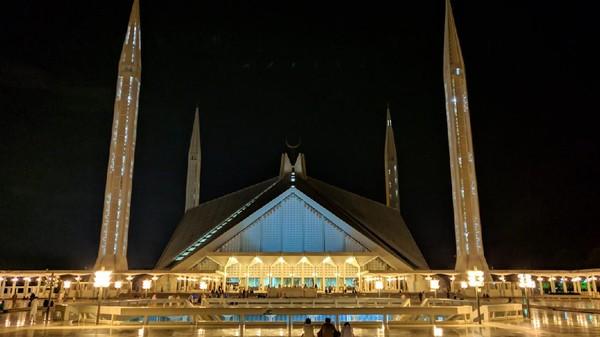 Daya tampungnya pun mencakup 300 ribu jemaah, yang terbagi menjadi dua bagian. 100 ribu Jemaah di dalam dan 200 ribu jemaah di bagian halaman. (Getty Images/iStockphoto)