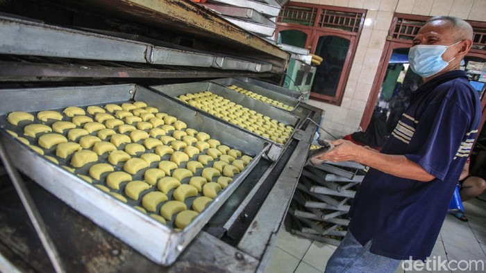 Para pekerja menyelesaikan pembuatan kue kering di 'Butter Cookies Pusaka Kwitang', Jakarta, Jumat (30/4/2021). Permintaan kue kering di pekan ketiga Ramadhan masih lesu dibandingkan masa sebelum pandemi. Pada saat belum pandemi Covid-19 atau Idul Fitri 2019, industri rumahan ini menghabiskan 2 kuintal tepung terigu per hari.