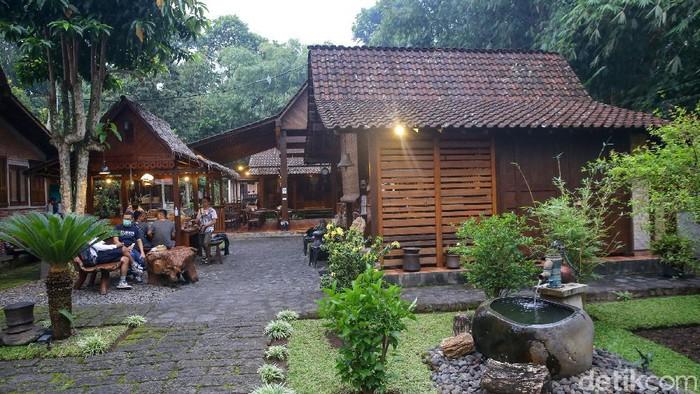 Kopi sudah menjadi bagian tidak terpisahkan warga dunia. Seperti kopi nikmat andalan Kota Banyuwangi ini, Kopai Osing di Sanggar Genjah Arum Desa Adat Osing.