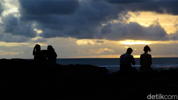 Menjadi tempat para surfer, laut sudah ramai dari siang hari. Namun saat sore, keramaiannya pindah ke pinggir pantai.