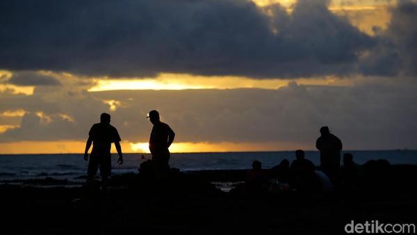 Di Bali, matahari akan mulai meredup pukul 18.00 WITa. Matahari yang galak perlahan turun ke peraduan dan mulai memudarkan warnanya.