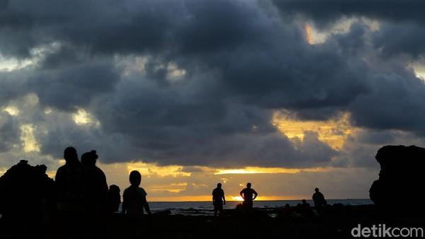 Warna emas tersebar di angkasa. Bias oranye terlihat di wajah awan yang berarak menjauhi mentari. Sayang, saat itu langit sedikit mendung. Sehingga awan hitam terlihat di sudut-sudut langit.