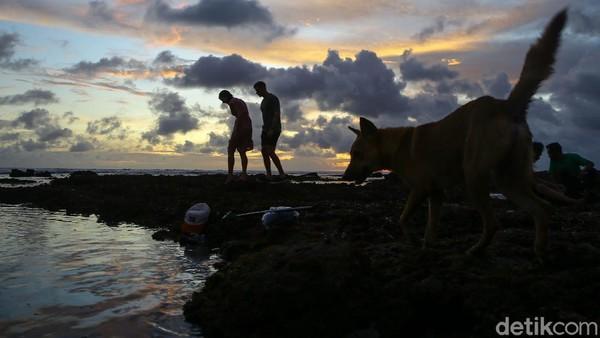 Senja penuh terlihat pukul 18.30 WITA, memang sedikit lebih lama dari Indonesia bagian barat.