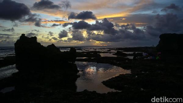 Area pinggir pantai makin ramai dengan orang-orang yang berfoto. Latar yang dipilih tentu saja sunset. Dengan memilih membelakangi cahaya, foto yang dihasilkan berbentuk siluet. Seperti yang sudah kita tahu hasilnya tak akan mengecewakan.