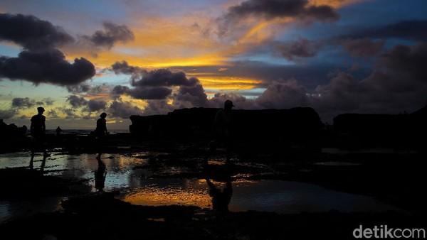 Pantai seakan menjadi kumpulan kolam emas. Matahari yang sudah sampai di tengah horizon mempermegah langit dan laut dalam satu waktu.