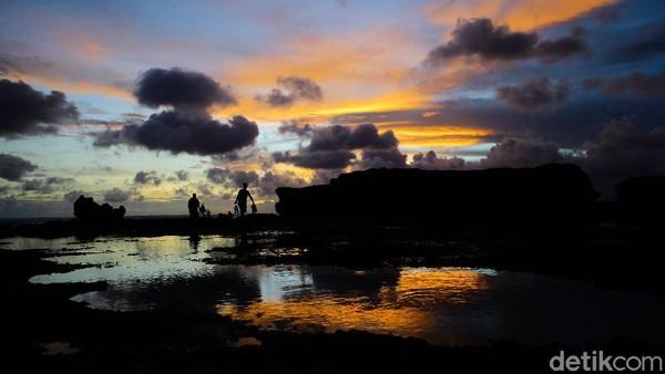 Senja dan pantai jadi dua hal yang paling dicari di Bali. Eksotisnya langit sore seakan jadi pelipur hati yang penat.