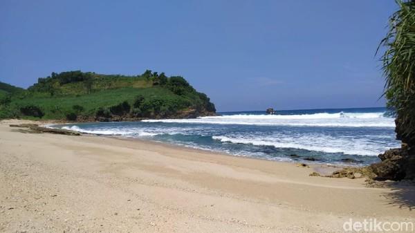 Pantai yang terletak di Desa Tambakrejo Kecamatan Wonotirto Kabupaten Blitar ini, terkenal mitosnya sebagai lokasi untuk bertemu penguasa pantai selatan. Banyak orang yang punya hajat, akan bermeditasi selama beberapa hari diatas bukit pantai itu. Tempat pasetran atau petilasan danyang setempat yang konon bernama Mbah Adnan.