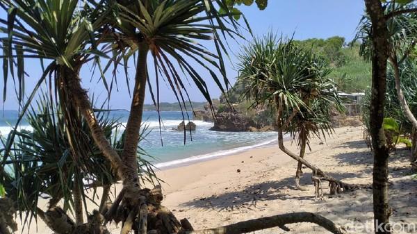 Bentang pantai ini sepanjang satu KM. Di pinggirnya, banyak jenis vegetasi pantai yang menambah asri suasana. Seluas mata memandang, hamparan pasir putih nan bersih, diambang batas air pantai yang menghijau jernih. Berjalan sepanjang pantai, bisa membuat suasan hati lebih rileks.